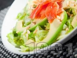 Зелена салата айсберг с авокадо, филе от пушена сьомга и кедрови ядки - снимка на рецептата